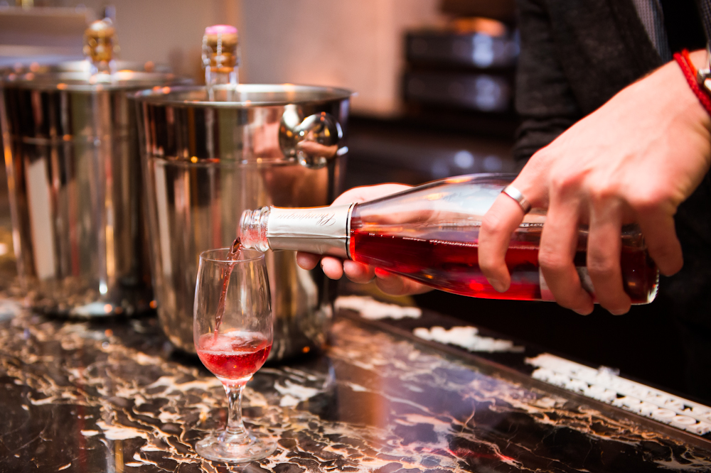 rose-champagne-pouring