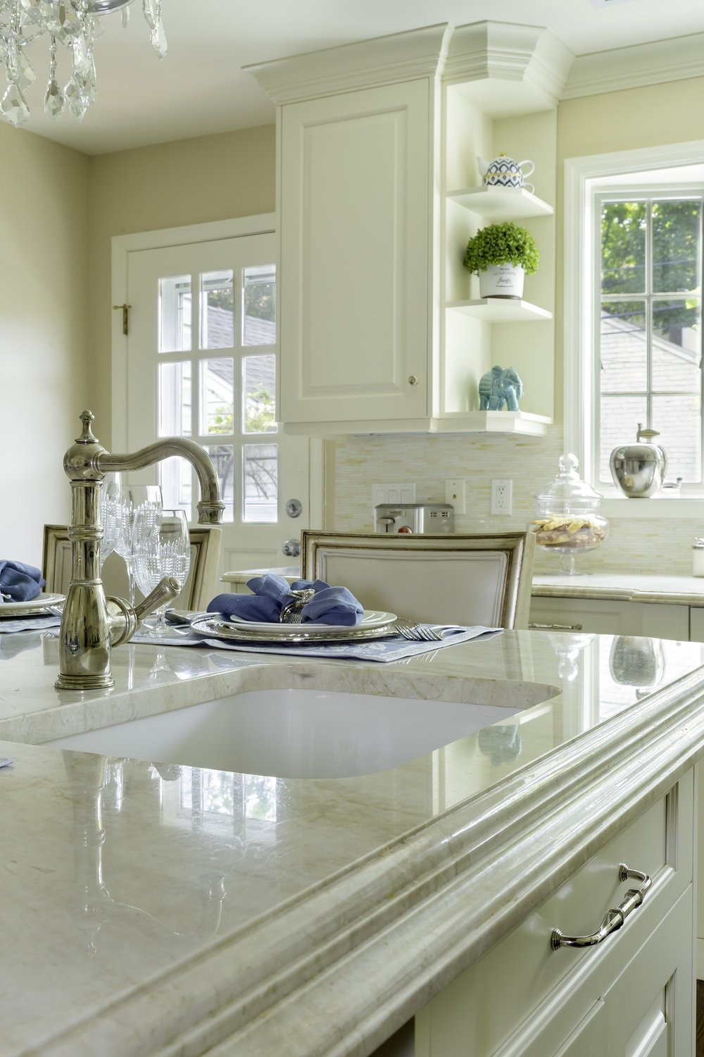 Traditional style kitchen with vintage faucet in the center island
