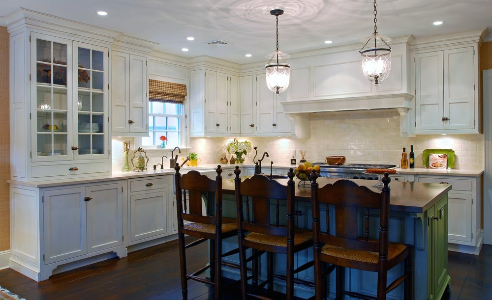 Traditional style kitchen with spacious floor and kitchen island