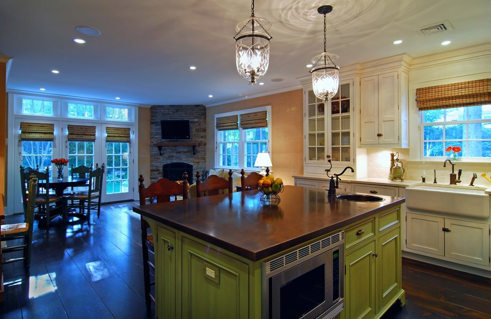 Traditional style kitchen with wood laminate kitchen counter