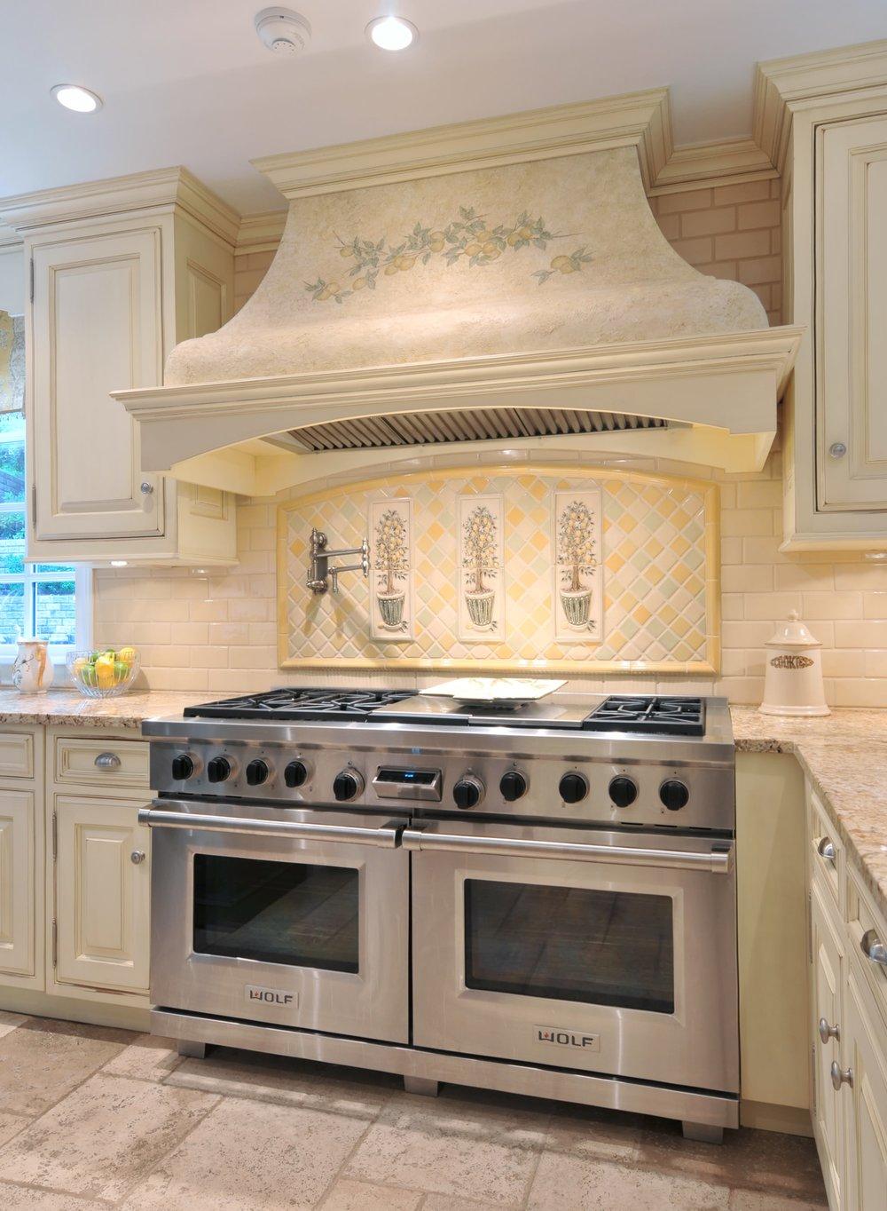 Traditional style kitchen with fashionably designed range hood