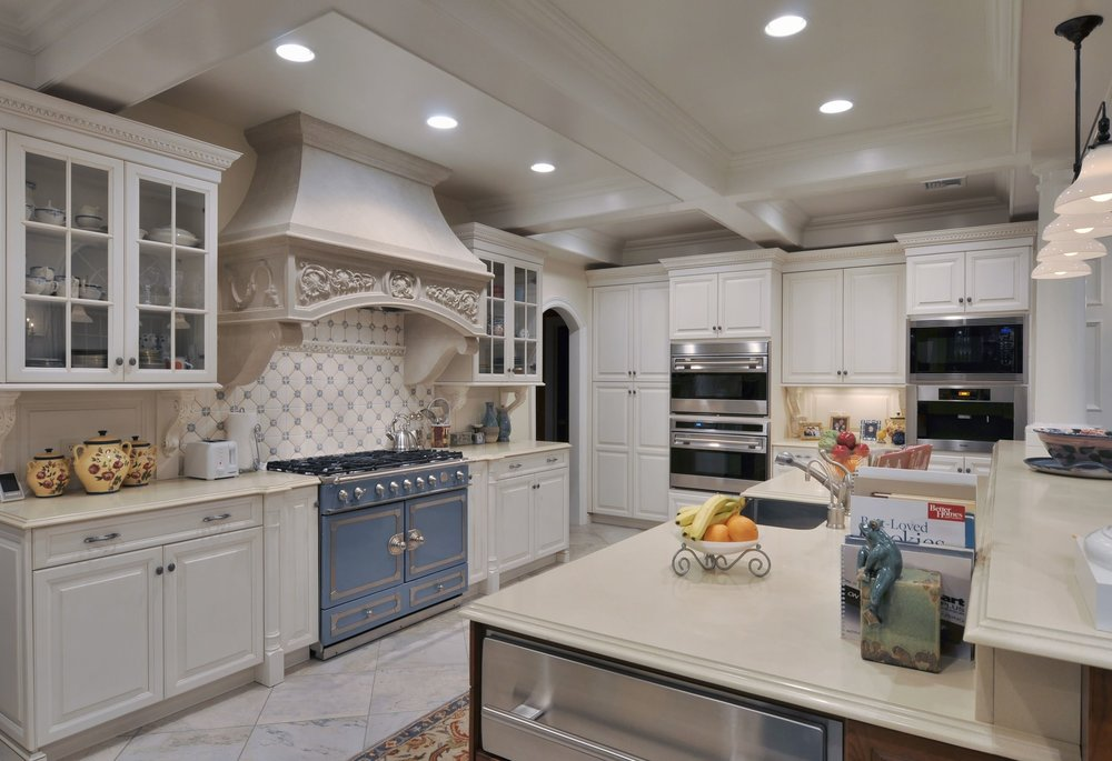 Traditional style kitchen with wide kitchen counter