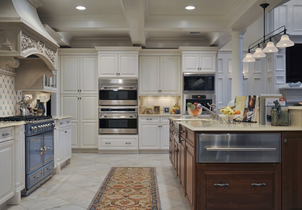 Traditional style kitchen with simple lighting design