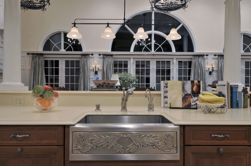 Traditional style kitchen with single handle kitchen faucet