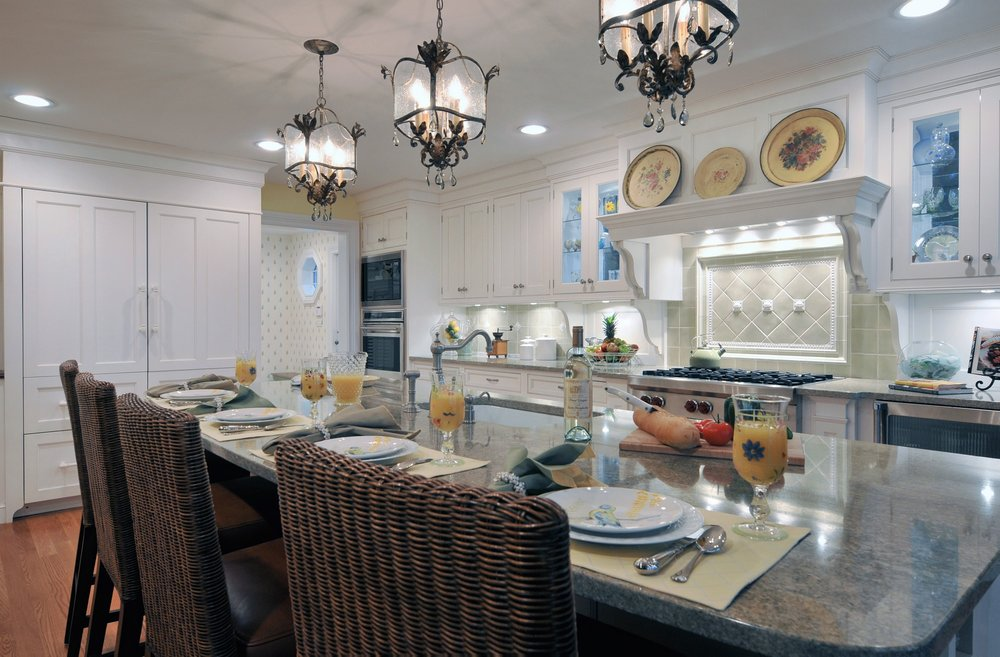 Traditional style kitchen with long kitchen counter