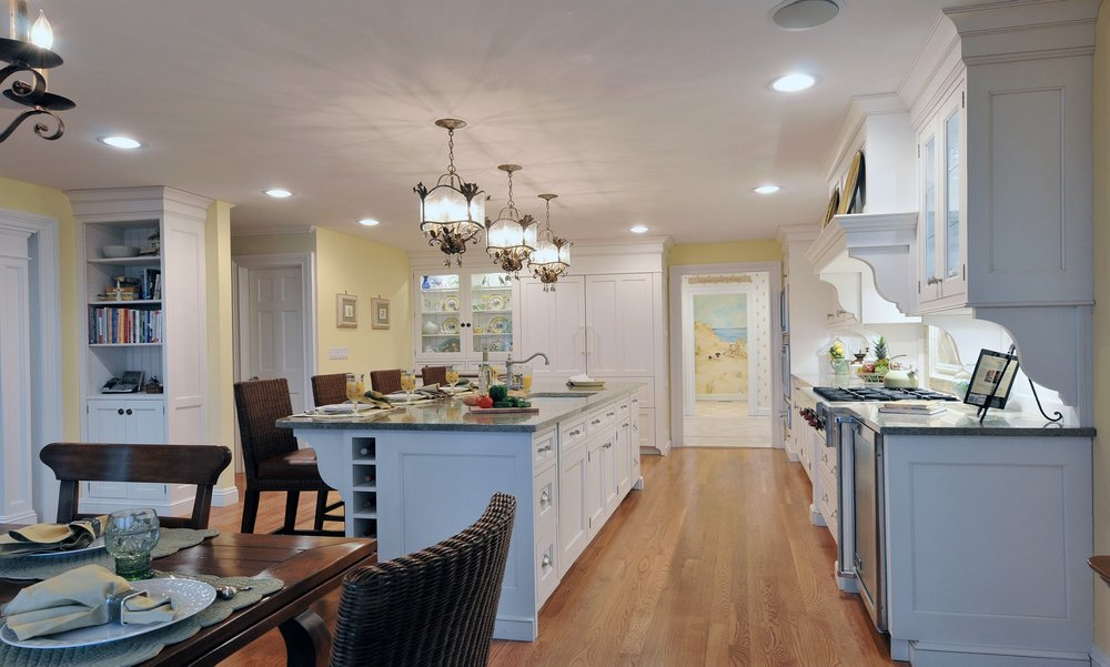 Traditional style kitchen with hanging pendant fixtures