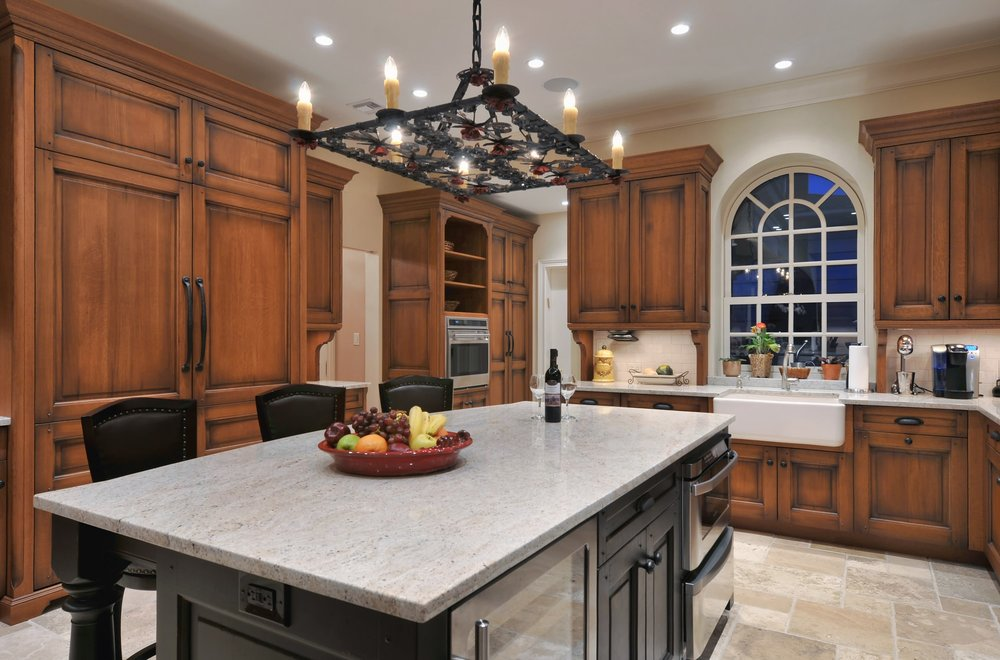 Traditional style kitchen with granite kitchen counter
