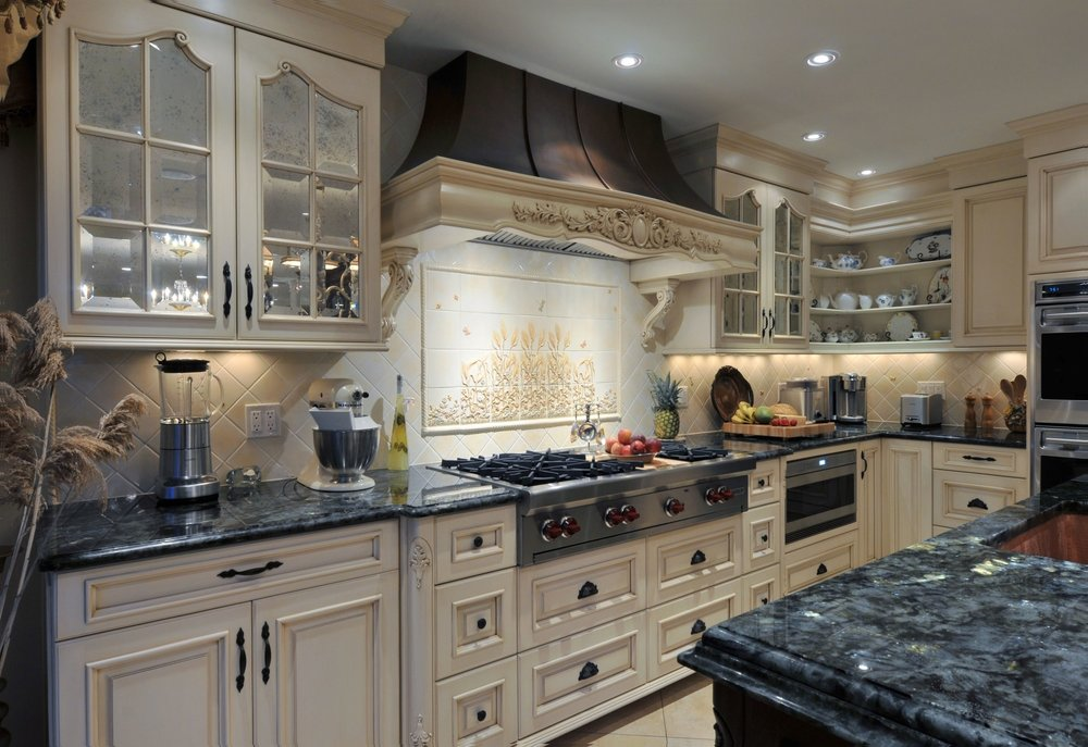 Traditional style kitchen with with gas range and range hood