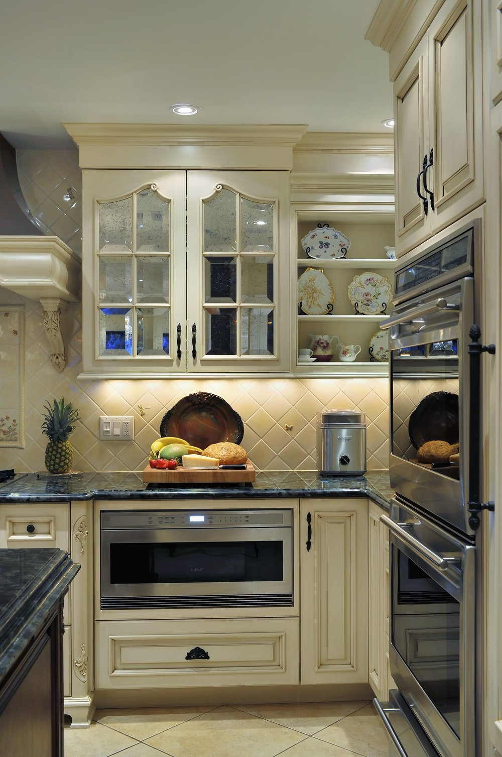 Traditional style kitchen with with upper close and open shelves