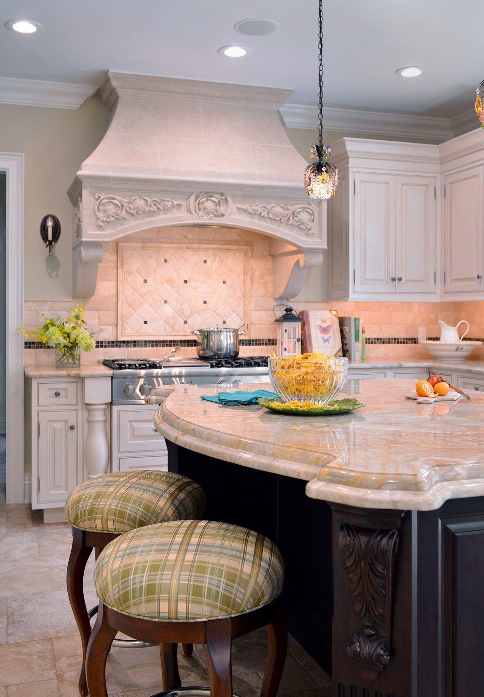 Traditional style kitchen with stylish backsplash