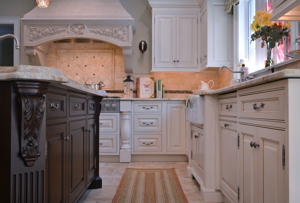 Traditional style kitchen with white upper cabinet and drawers