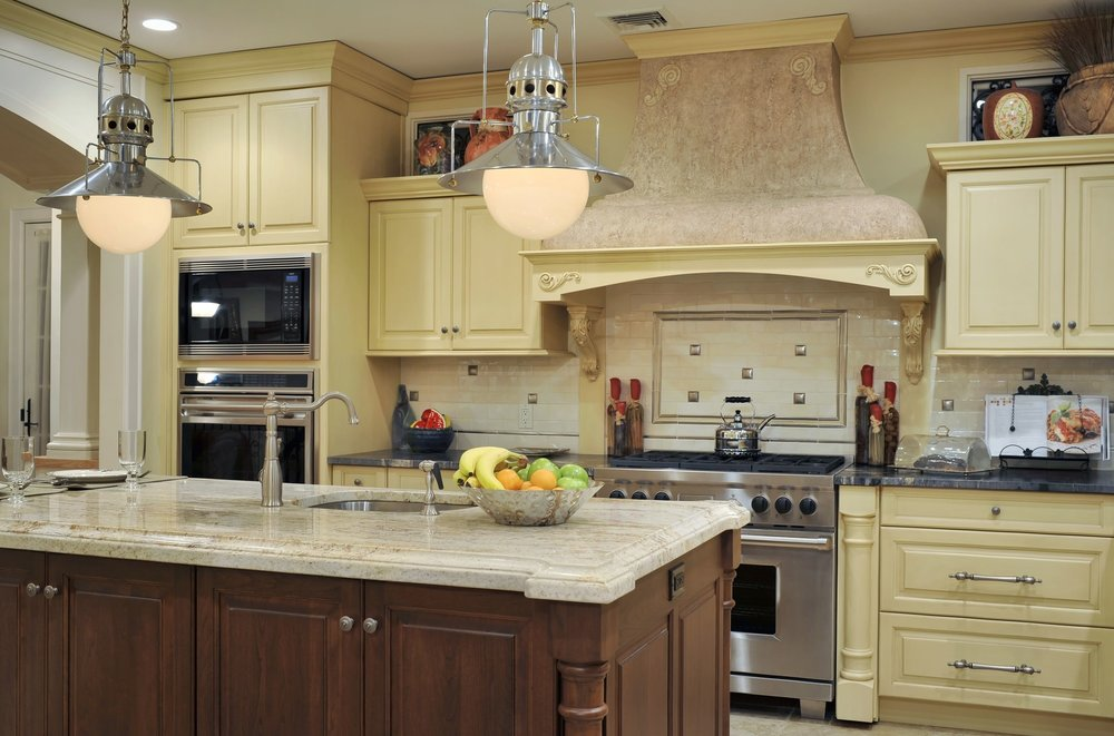 Traditional style kitchen with upper cabinets