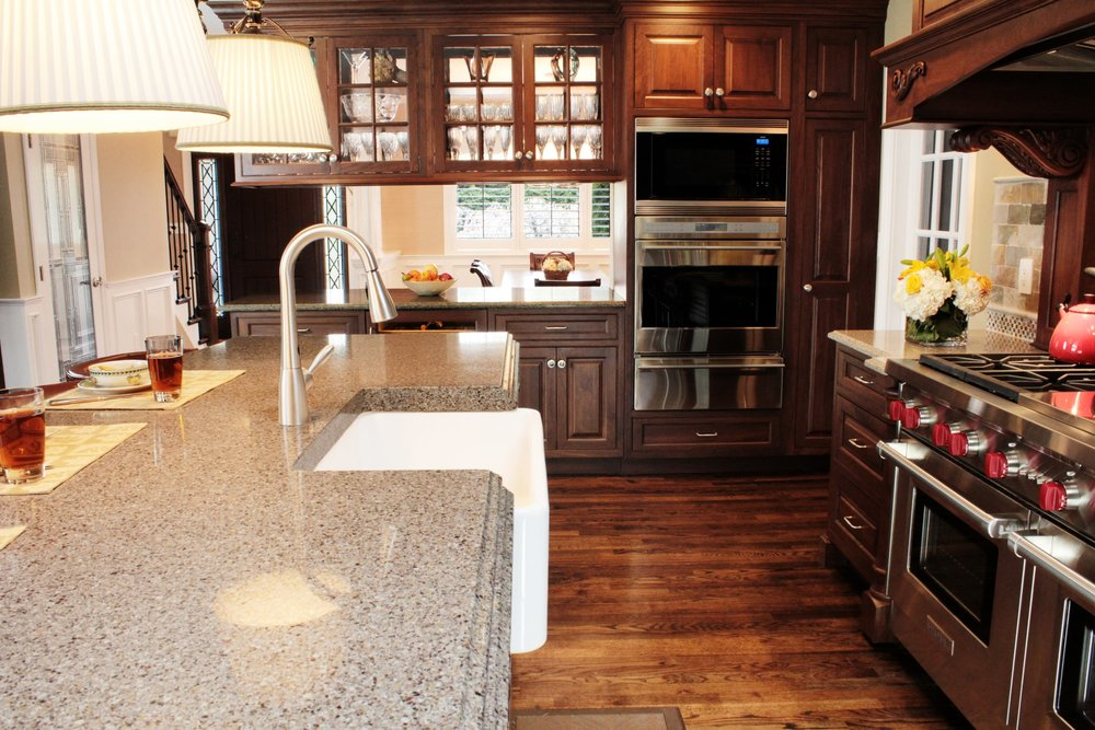 Traditional style kitchen with single hand faucet