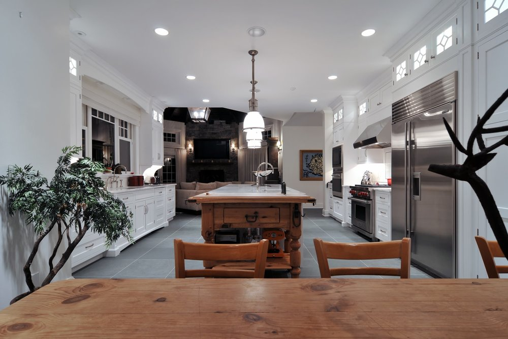Traditional style kitchen with minimalist design