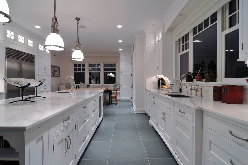 Traditional style kitchen cozy light setting