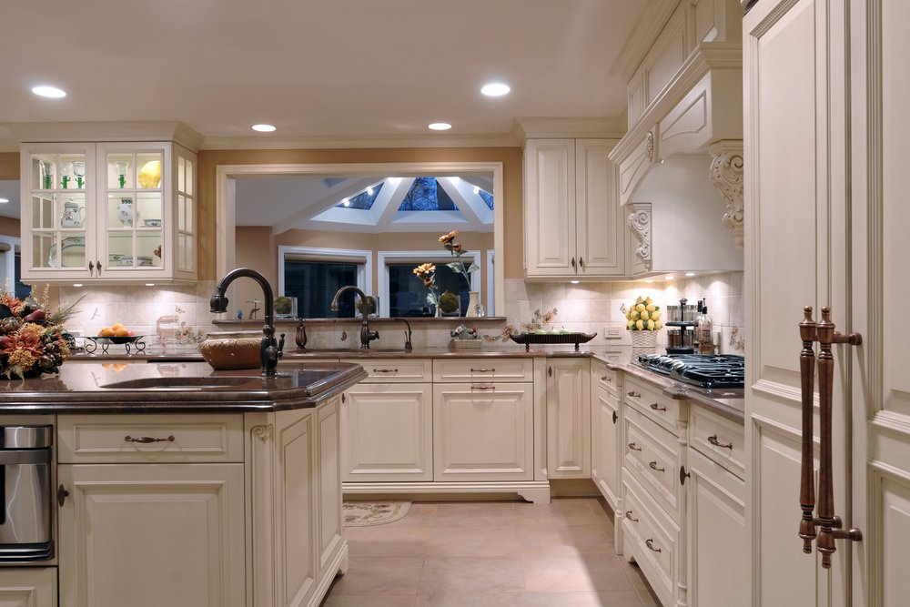 Traditional style kitchen with glass door upper cabinet