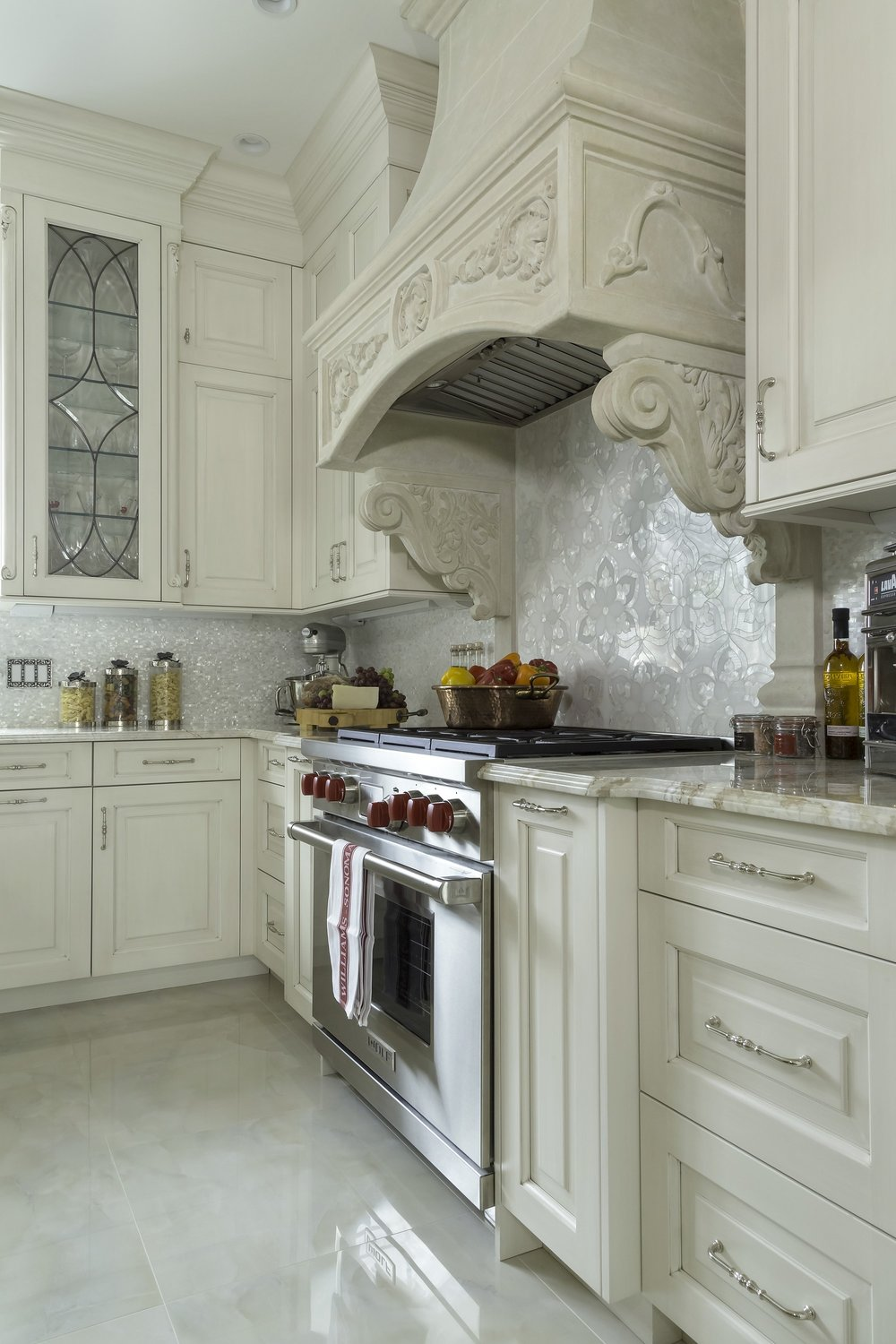 Traditional style kitchen with range hood and range oven