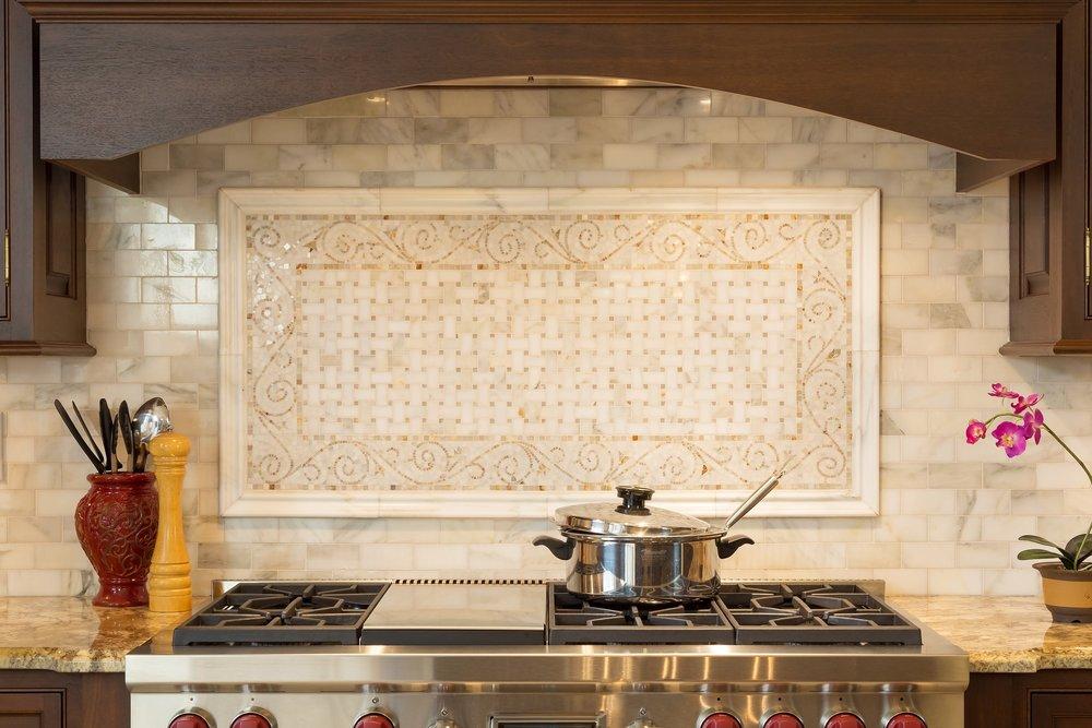 Traditional style kitchen with tiled kitchen backsplash