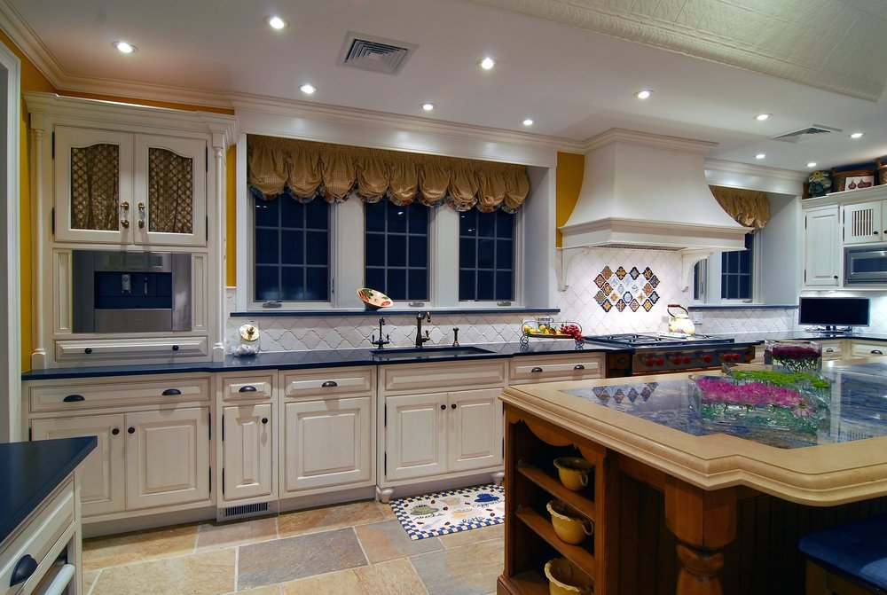Traditional style kitchen with plenty of windows and bright lighting