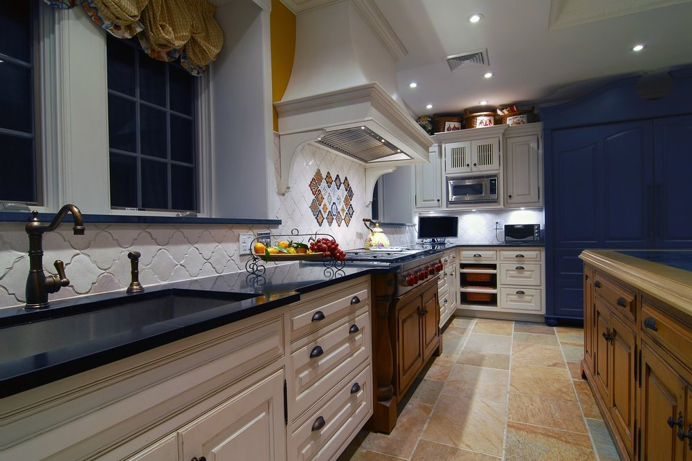 Traditional style kitchen with wide drawers and cabinets