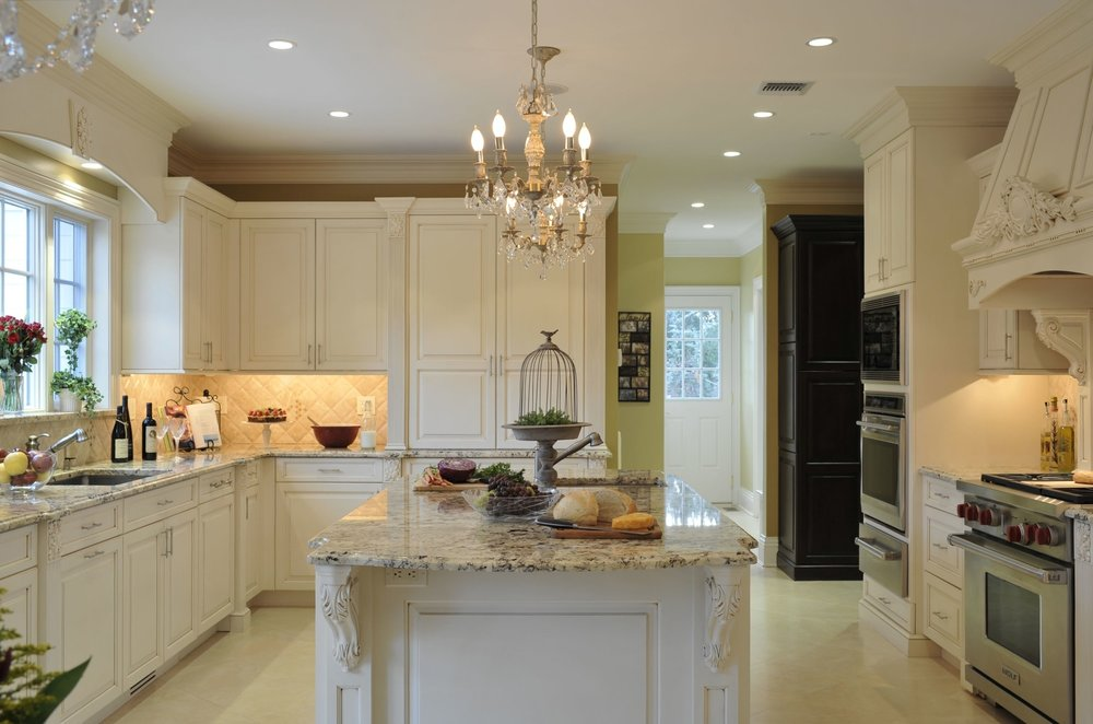 Traditional style kitchen with cozy light setting