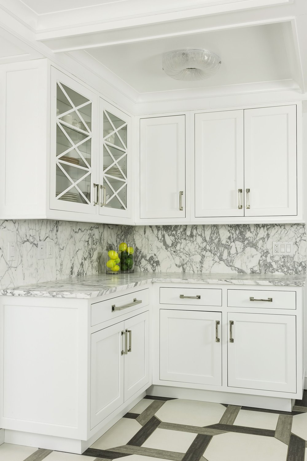 Transitional style kitchen with glass door upper cabinet