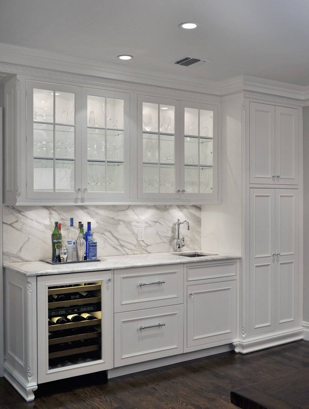Transitional style kitchen with wine glass cabinet