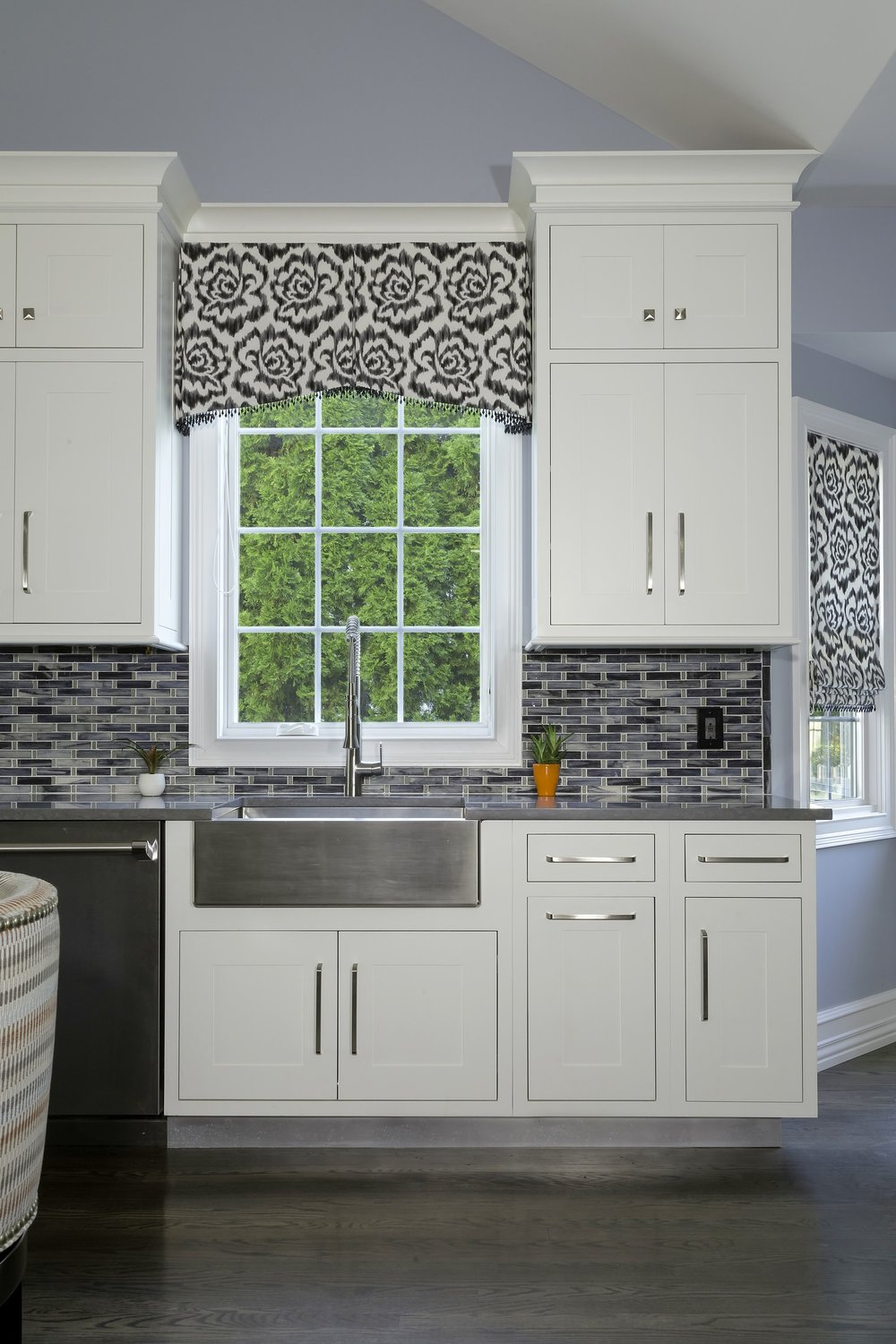 Transitional style kitchen with upper cabinet and kitchen drawers