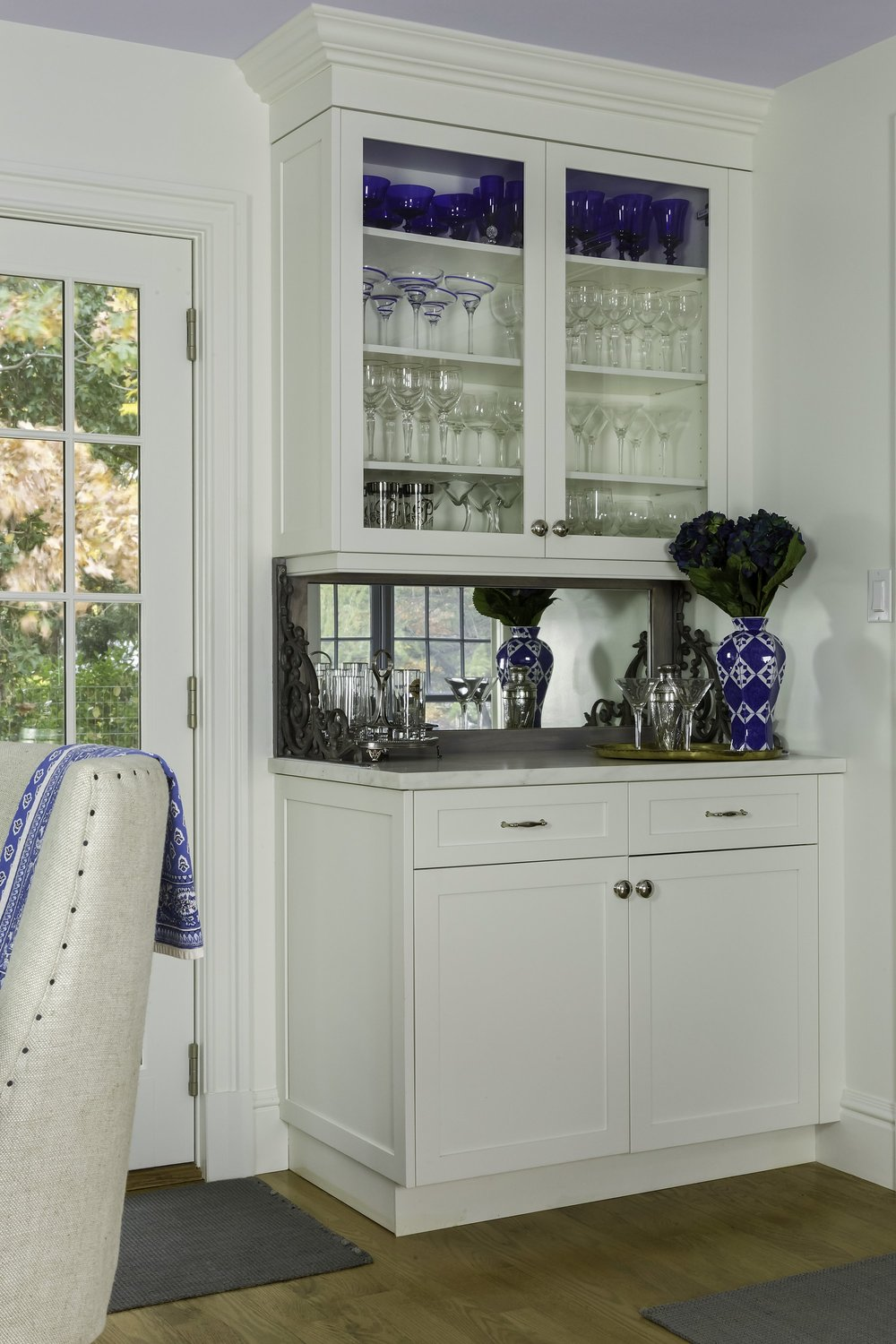 Transitional style kitchen with wine glass cabinet at the corner