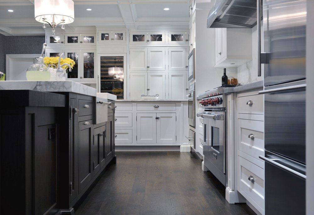Transitional style kitchen with plenty of pull out drawers