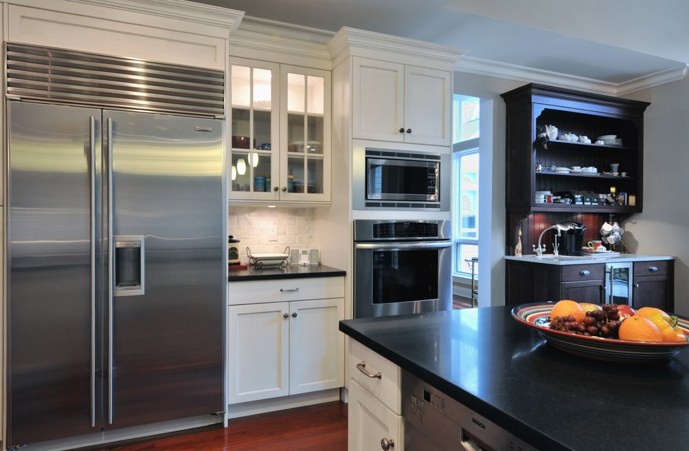 Transitional style kitchen with open upper shelves