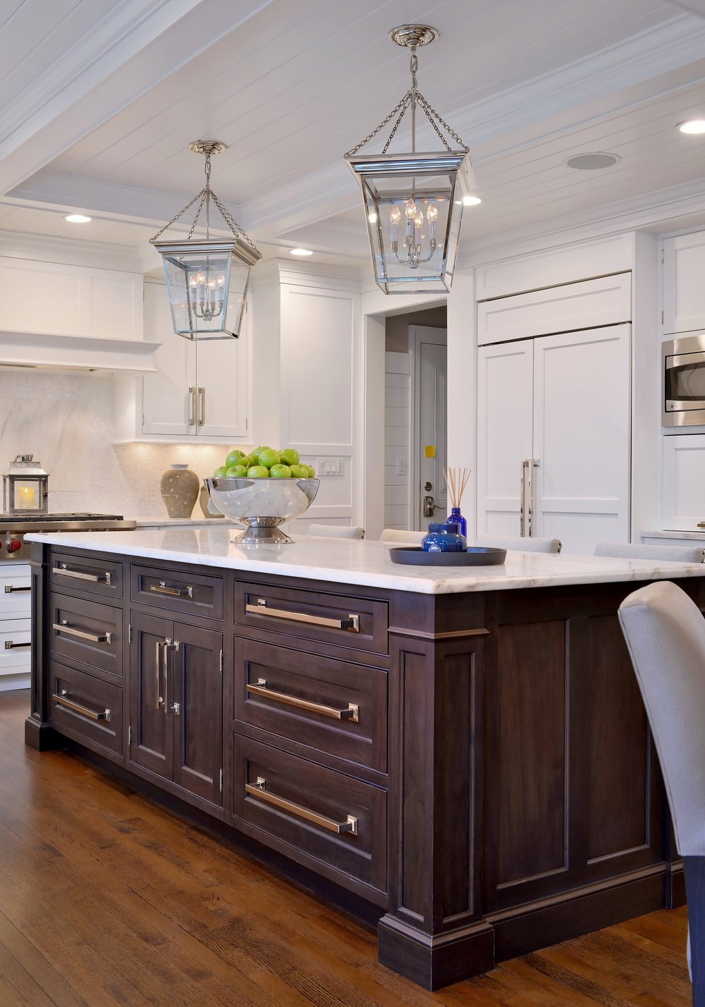 Transitional style kitchen with wooden built in cabinet on kitchen island
