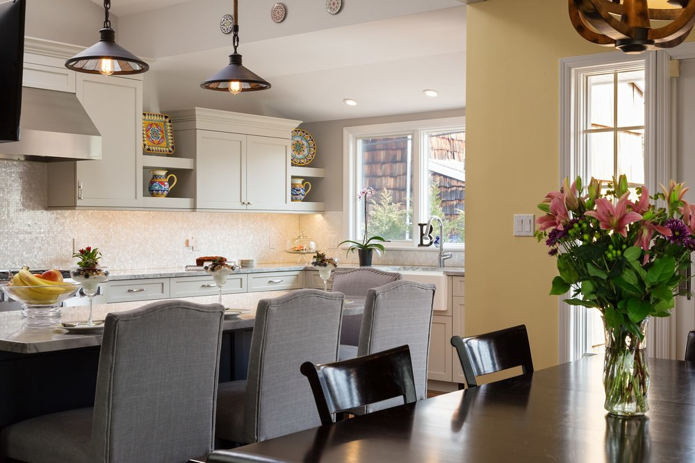 Transitional style kitchen with kitchen island and breakfast table
