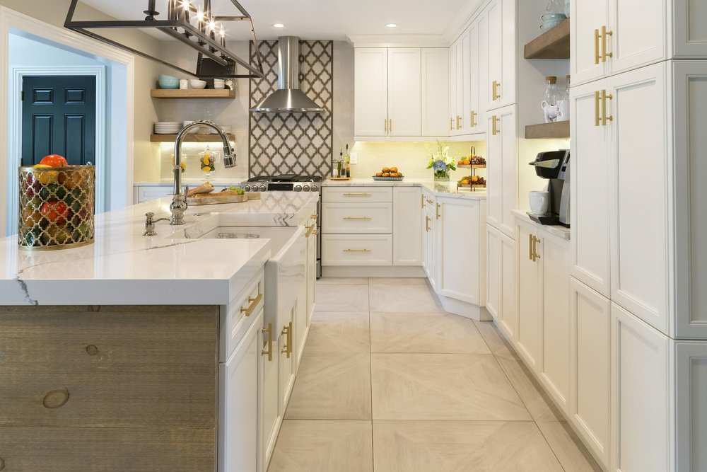 Transitional style kitchen with quartz kitchen counter