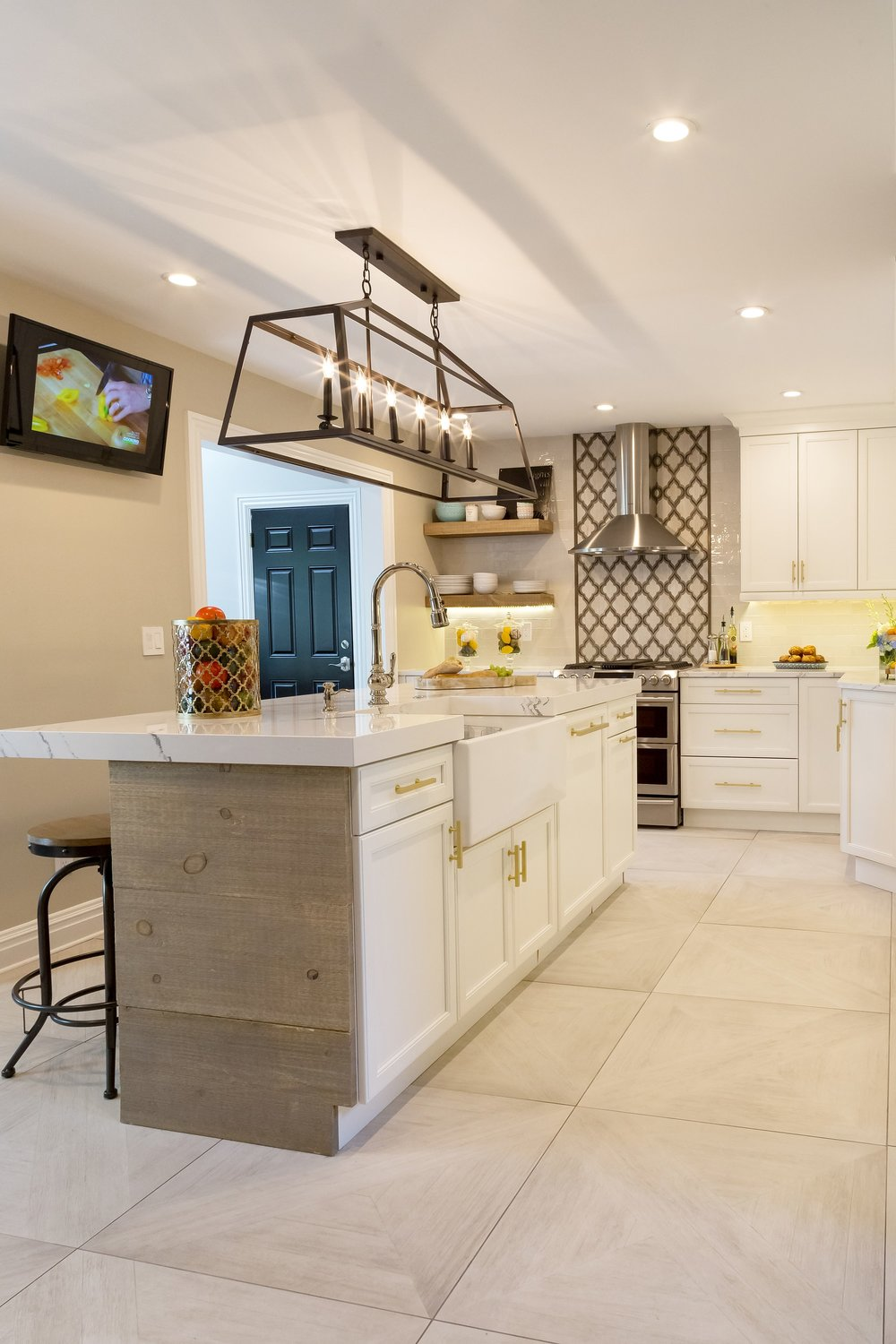 Transitional style kitchen with stylish candle chandelier