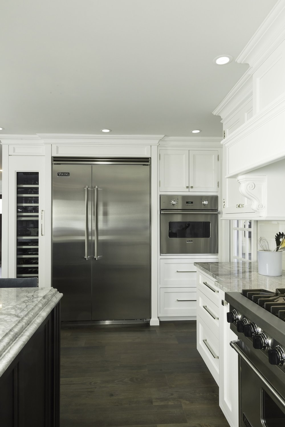 Transitional style kitchen with pull out drawer and upper cabinets