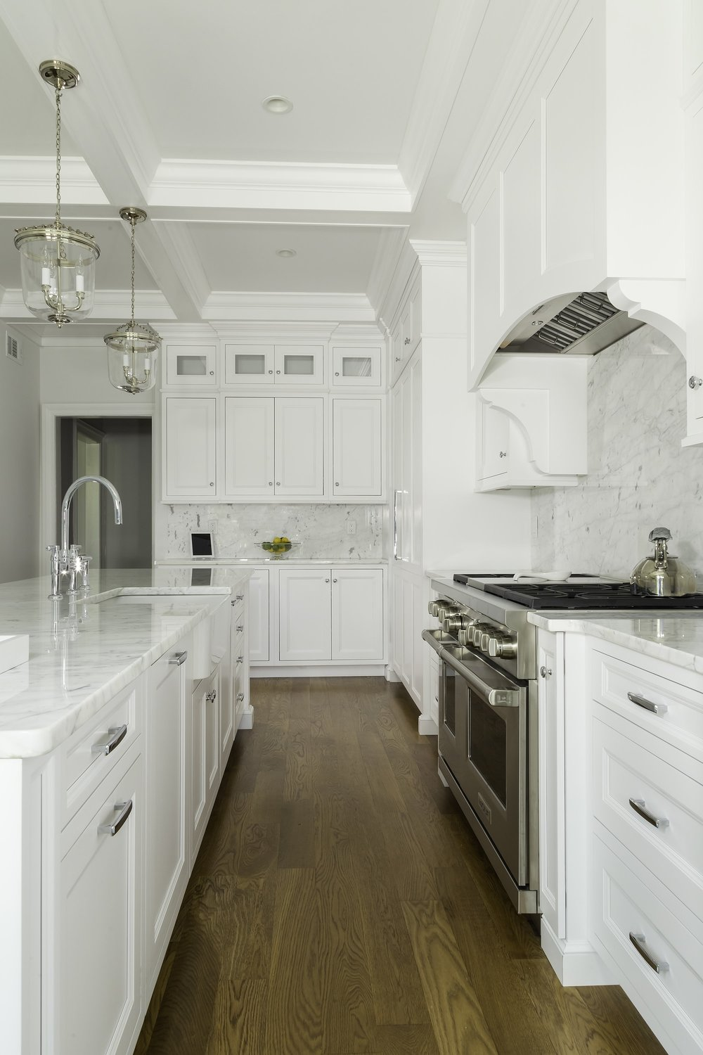 Transitional style kitchen with upper cabinet and pull out drawers