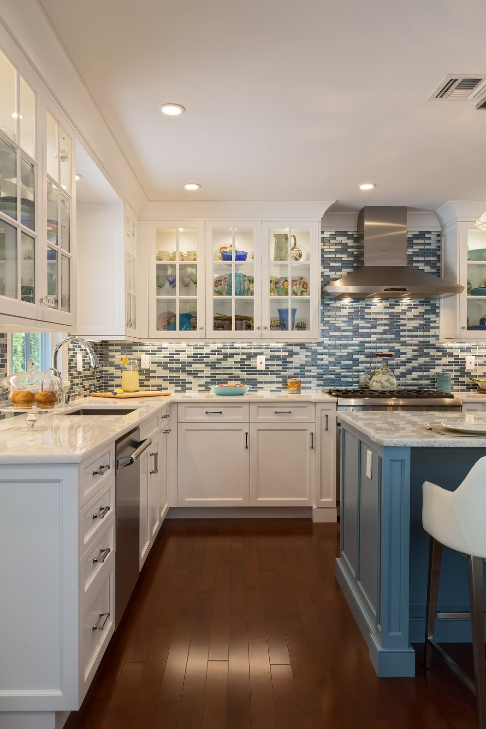 Transitional style kitchen with upper cabinets and pull out drawers