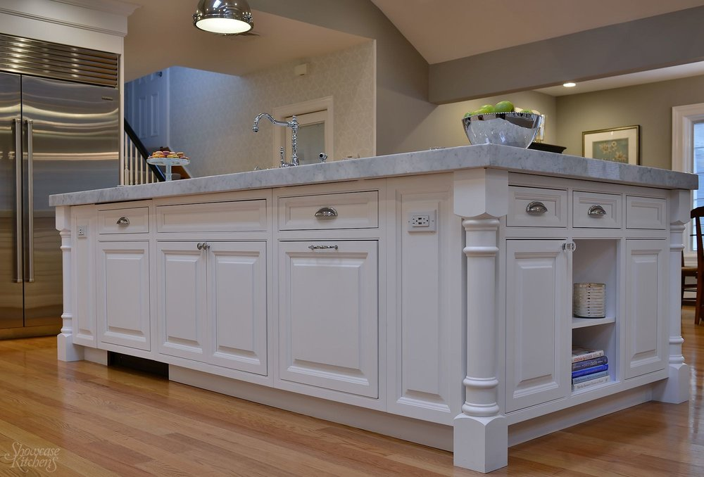 Transitional style kitchen with under counter cabinets and pull out drawers
