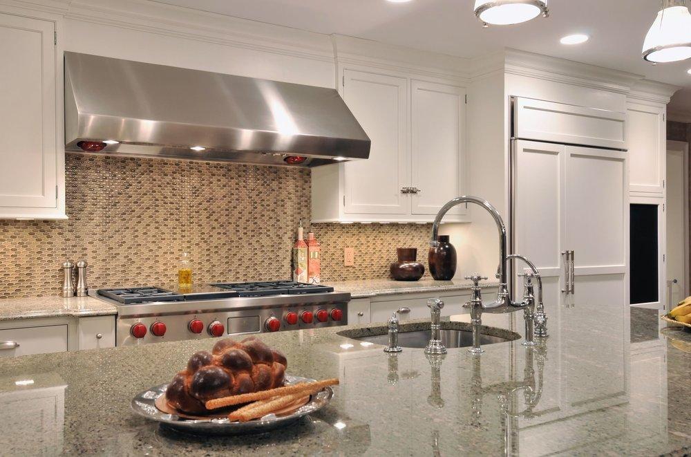 Transitional style kitchen with tiled kitchen backsplash