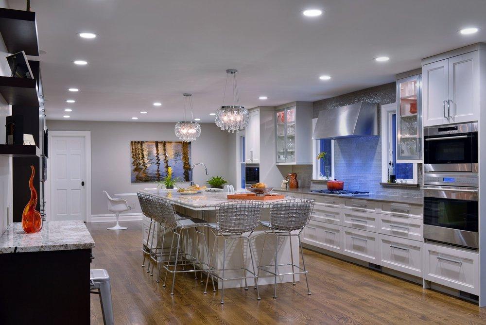 Transitional style kitchen with center kitchen island