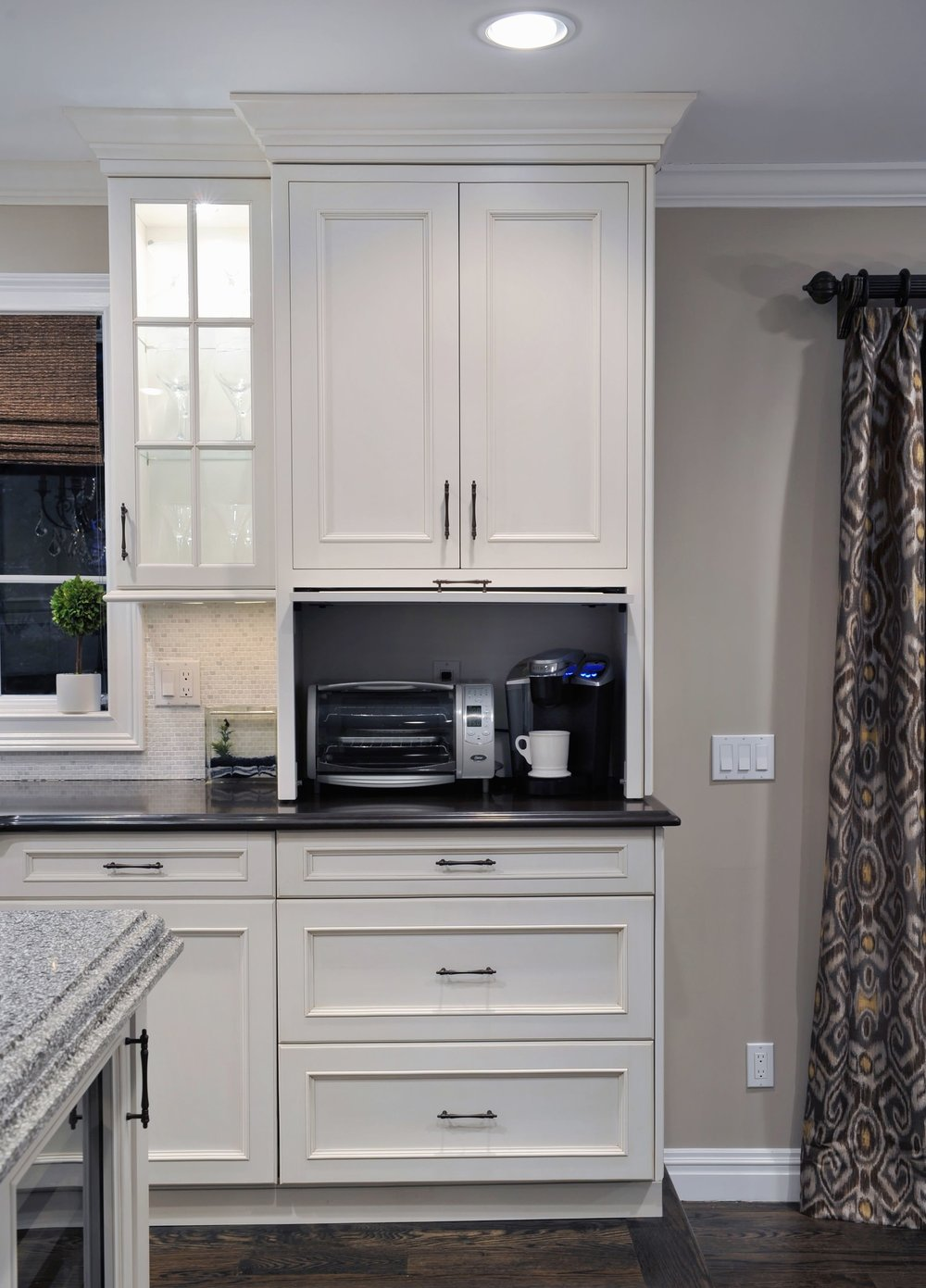 Transitional style kitchen with upper cabinets and pull out drawer
