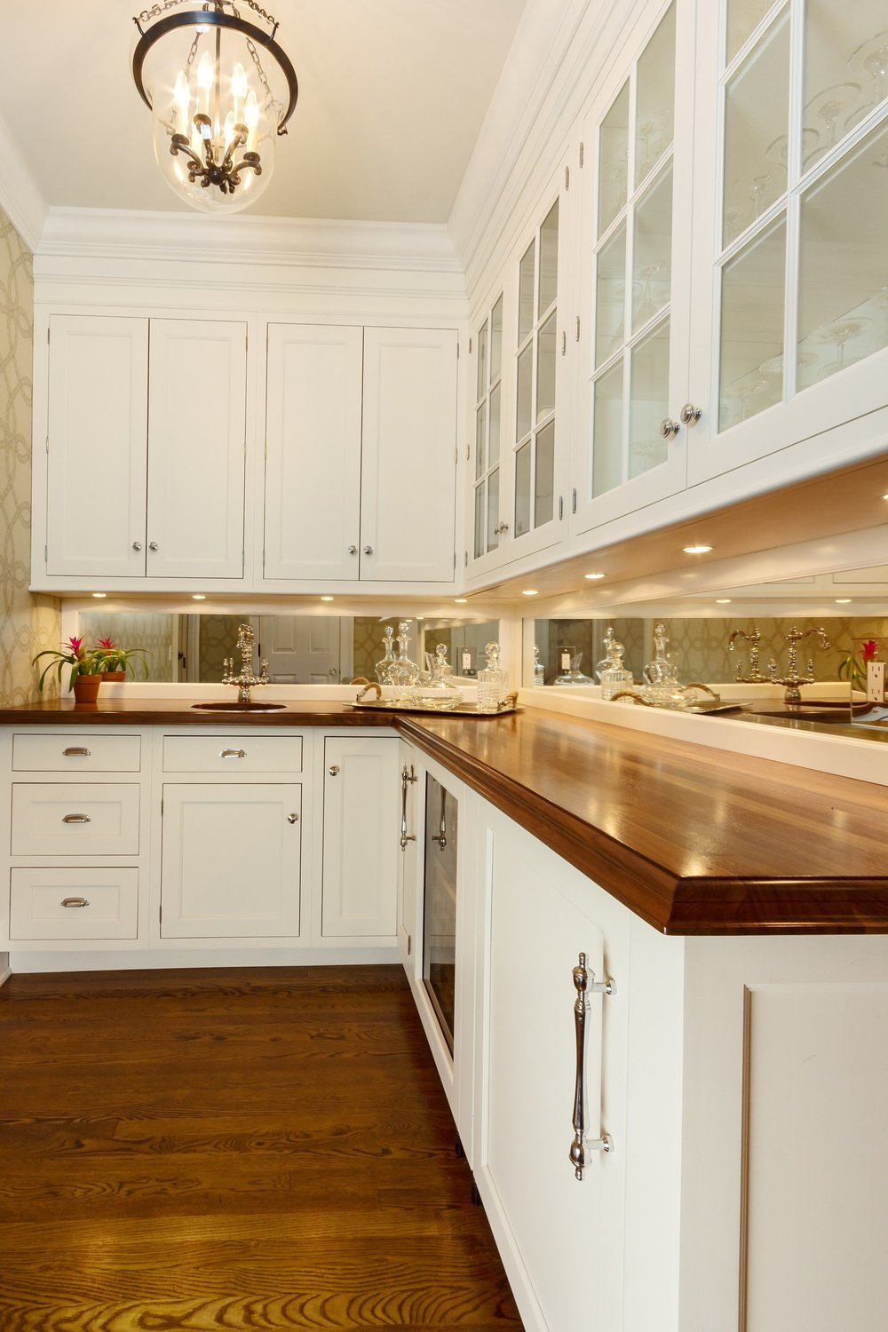 Transitional style kitchen with L'shaped counter