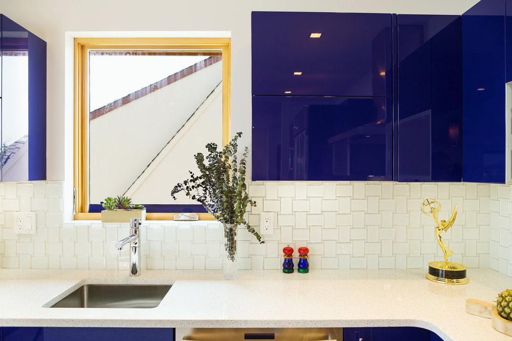 Contemporary style kitchen with tiled backsplash