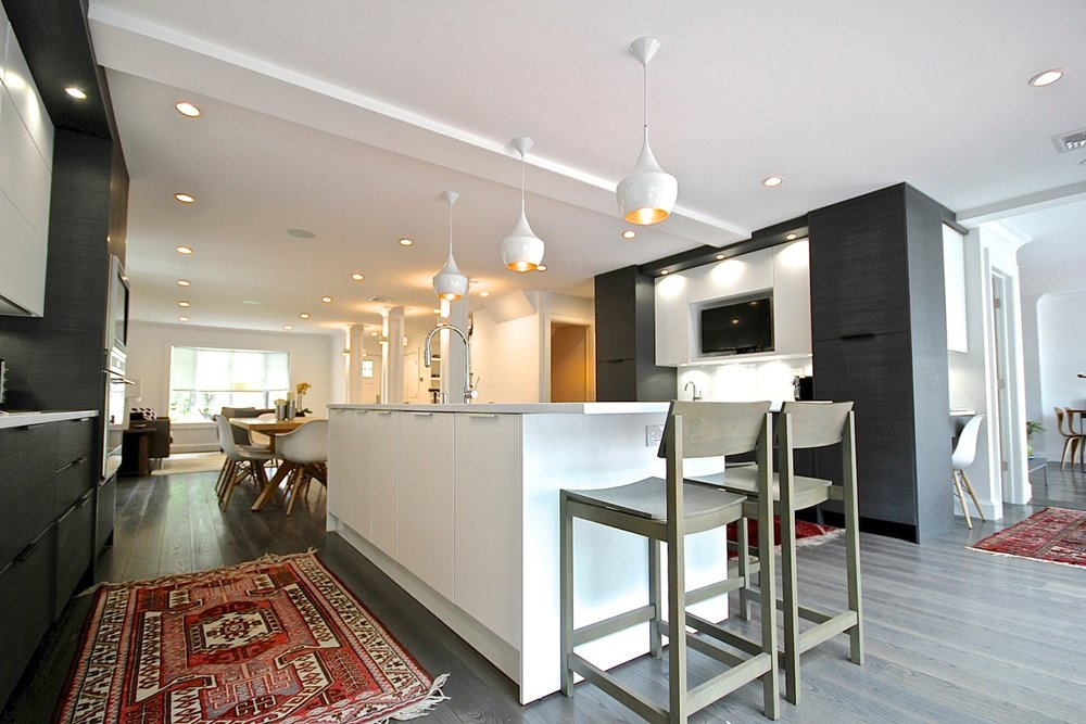 Contemporary style kitchen with center kitchen island