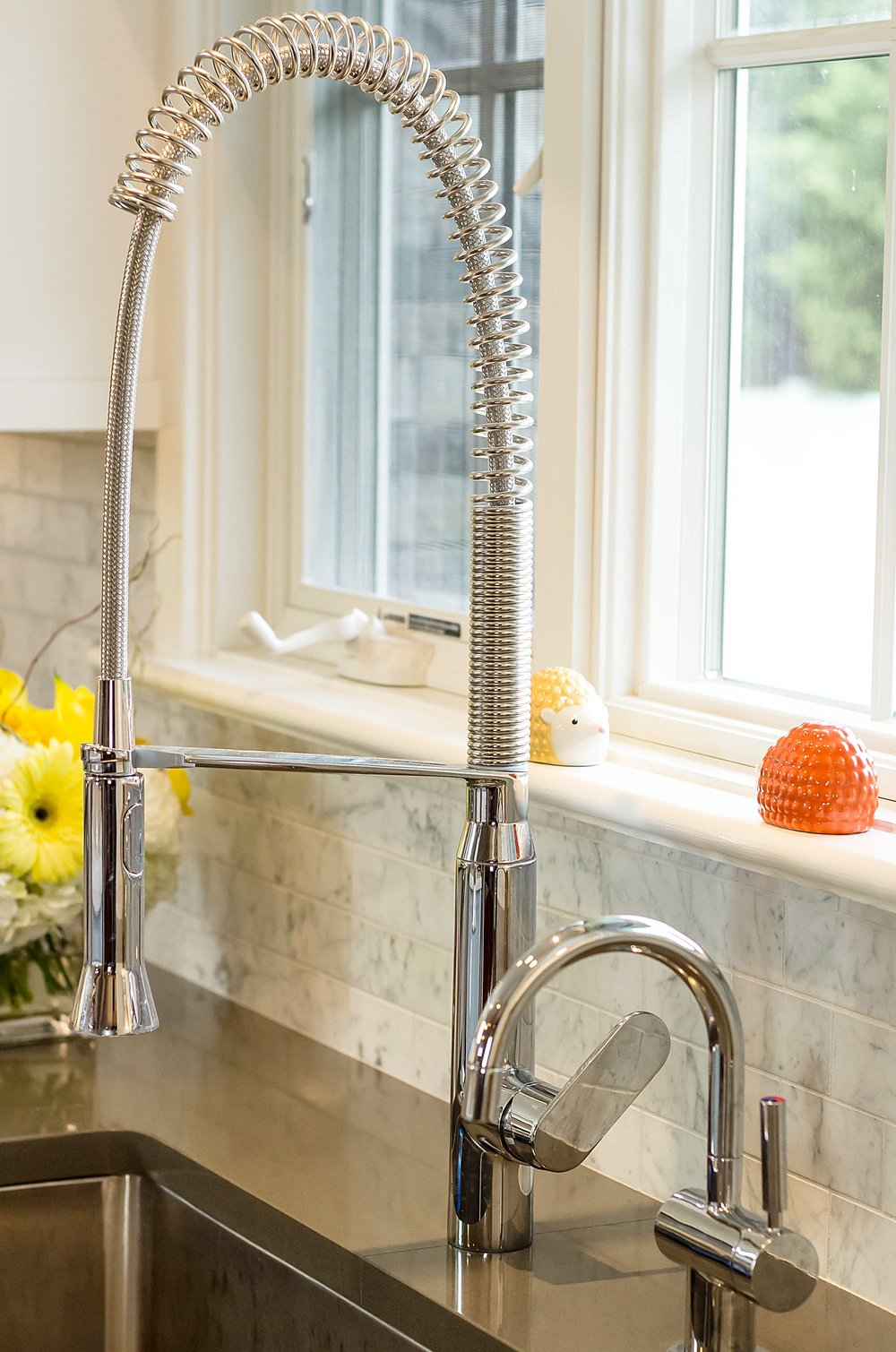 Traditional style kitchen with bended water faucet