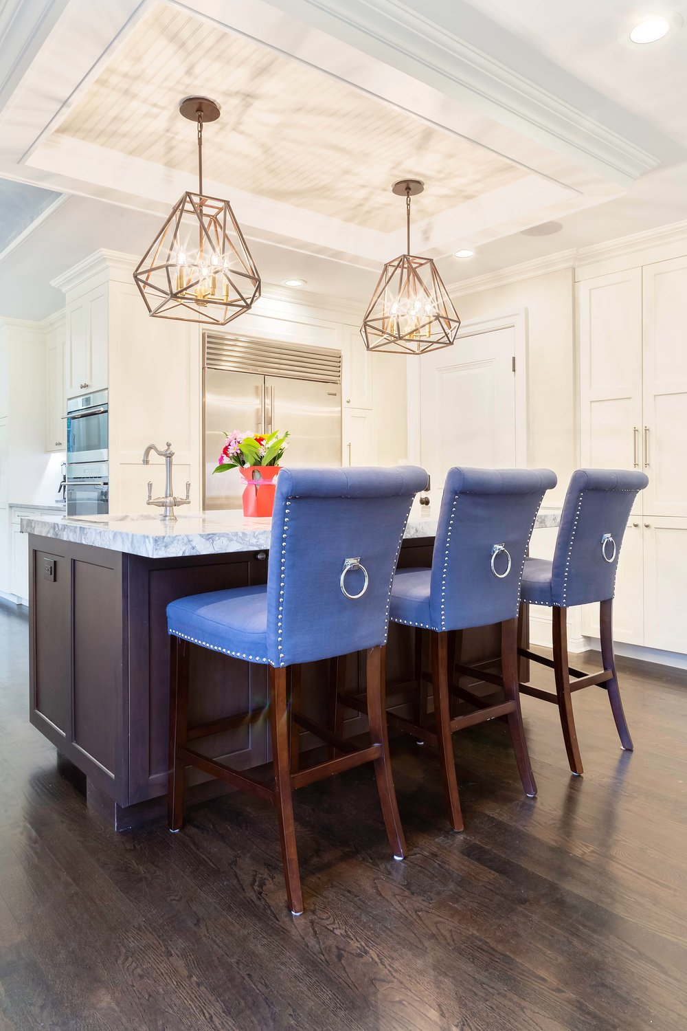 Kitchen island with tall stools in transitional style kitchen
