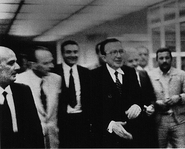 Il primo ministro Giulio Andreotti insieme al boss mafioso Nino Salvo presso l'Hotel Zagarella, Palermo, 1978. Fotografia di Letizia Battaglia