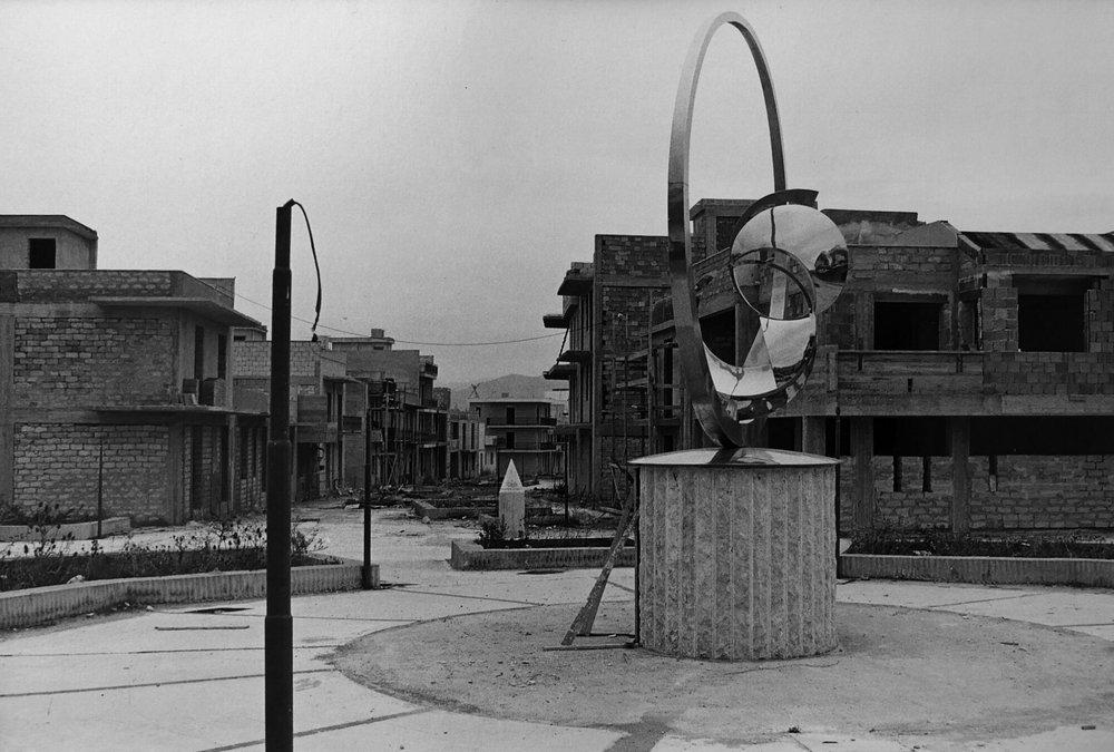 """Gibellina Nuova in costruzione, in primo piano""""Spatial Rhythms"""", realizzata da Carmelo Cappello, 1979,fotografia di Mimmo Jodice"""
