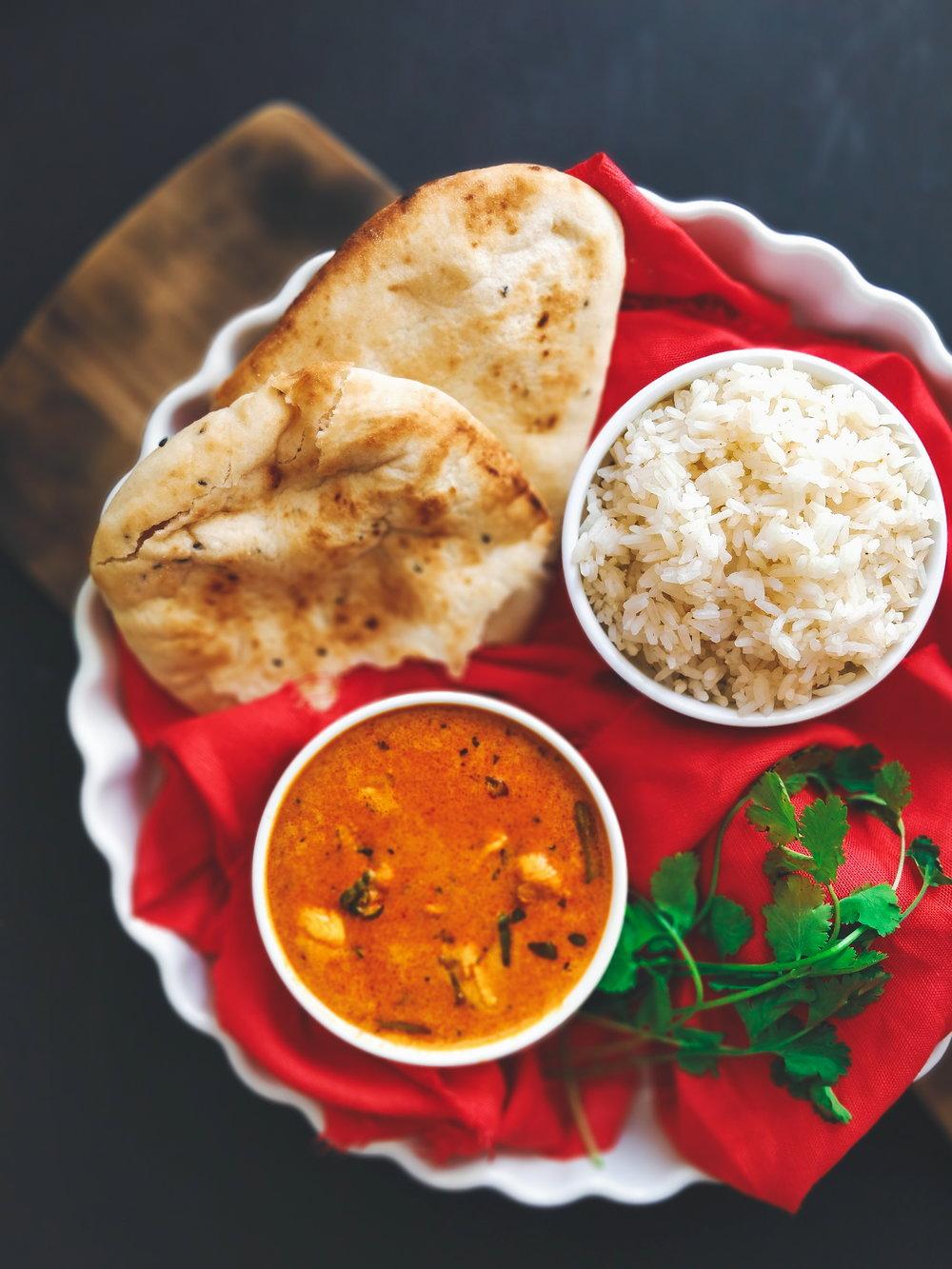 Naan placky a červené kuřecí kari - V naší domácnosti máme asijské jídlo poměrně často, celkově totiž ani já ani Tim nemusíme tradiční středo a východo-evropskou kuchyni, takže vlastně neustále vymýšlím nová jídla inspirovaná zahraníčím. Toto thajské červené kari si Tim zamiloval když...